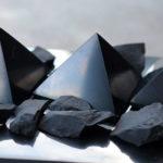Shungite: la pietra che protegge dai campi elettromagnetici