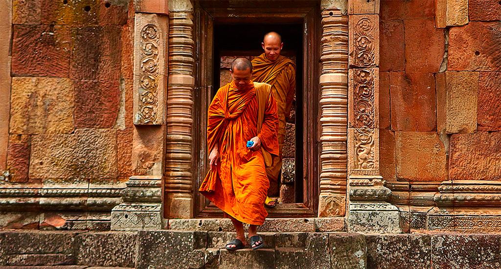 I monaci zen e la donna con il kimono dorato